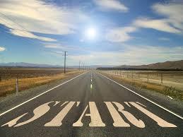 Eine Straße führt auf den blauen Horizont zu. Man scheint auf dieser Starße zu stehen und vor einem steht auf der Straße das Wort START.