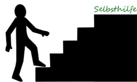 Ein schwarzer Scherenschnitt von einer Treppe, die von der Seite zu sehen ist. Unten betritt ein Männchen die Treppe und auf der obersten Stufe steht in grüner Schrift das Wort Selbsthilfe.