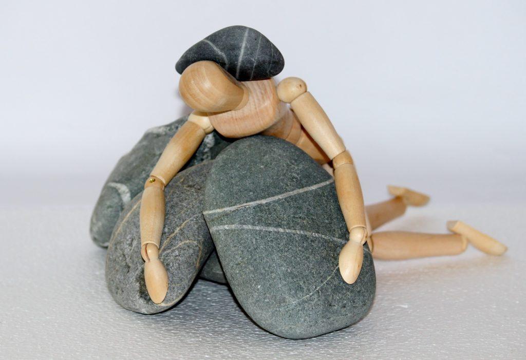 Holzfigur auf Steinhaufen