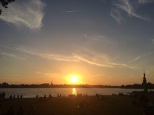 Stadtskyline am Wasser mit Sonnenuntergang
