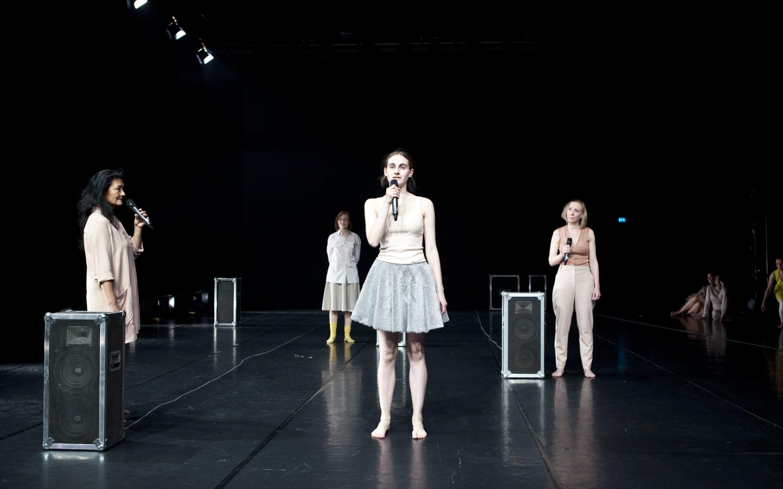 Mandy auf der Bühne mit einem Mikrofon in der Hand bei der Aufführung Ansichtssache