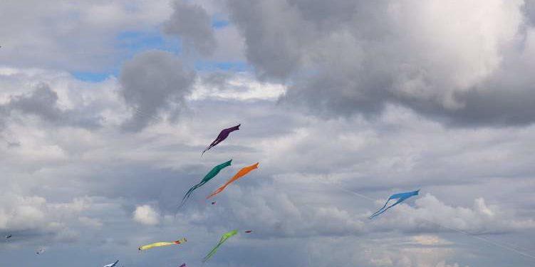 Ein Himmel mit empor fliegenden Papierdrachen