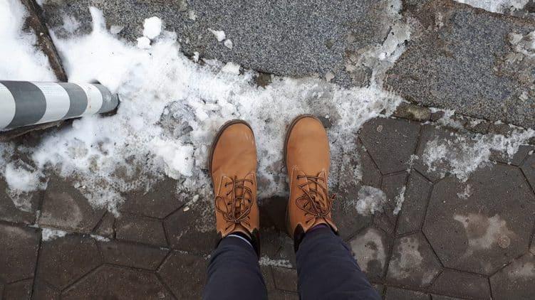Schuhe im Schnee. Mandy wartet auf die anderen Menschen.