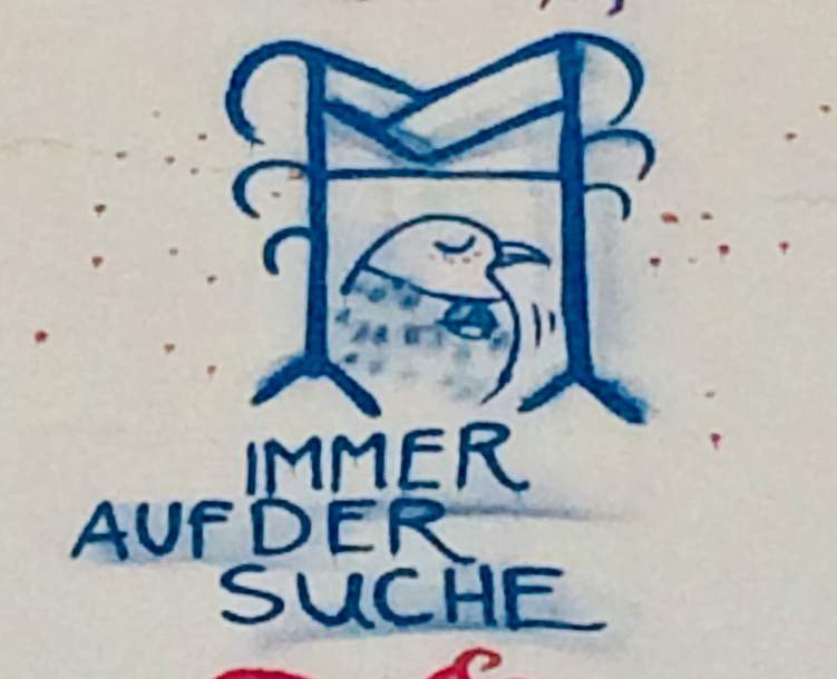 """blaues Graffiti an Hauswand mit einem kleinen Vogel und dem Text """"Immer auf der Suche"""""""