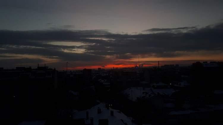 Ein Licht am Himmel. Sonnenaufgang über Sofia.