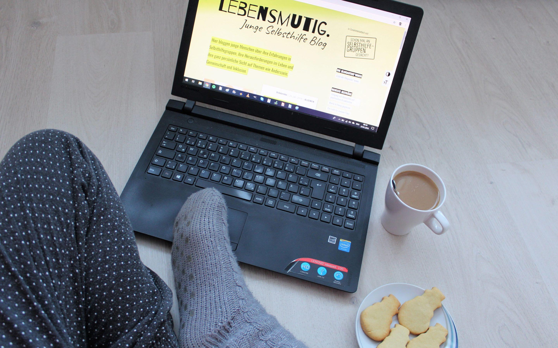 Mandys Schreibplatz: Laptop, Kakao und Kekse