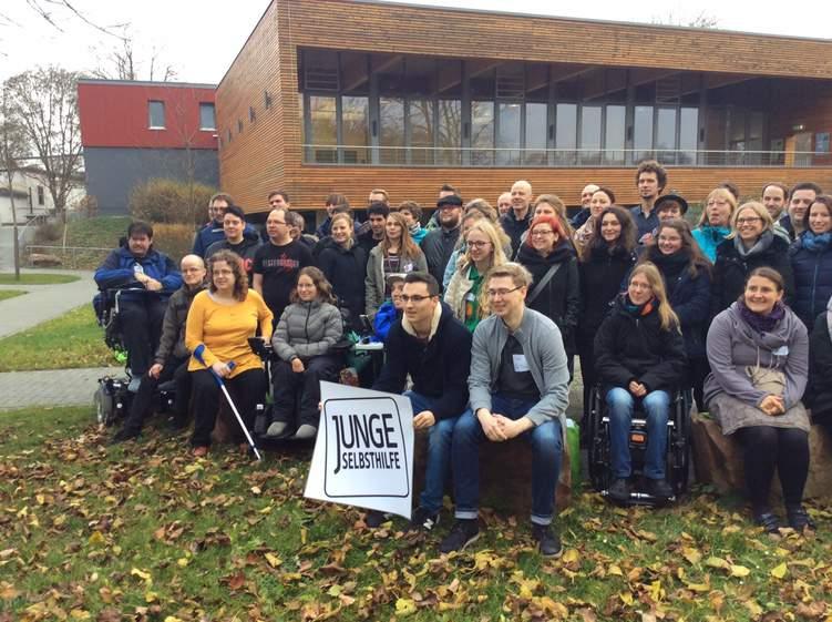 Gruppenfoto vom Bundestreffen Junge Selbsthilfe 2016 mit Benni Wollmershäuser