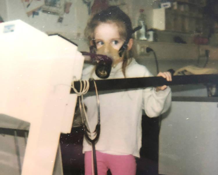 Autorin als kleines Mädchen auf einem Laufband mit Sauerstoffmaske