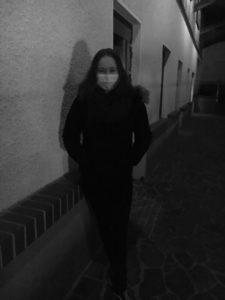 Foto der Autorin mit Schutzmaske vor dem Mund