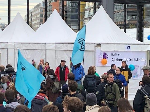 Berliner Selbsthilfetag bekommt Besuch von Extinction Rebellion
