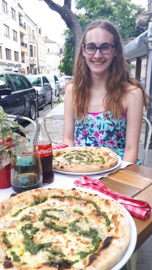 Mutsammlerin isst Pizza