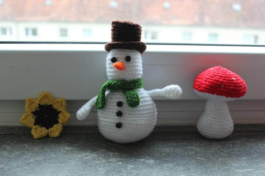 Gehäkelte Sonnenblume, Schneemann und Fliegenpilz