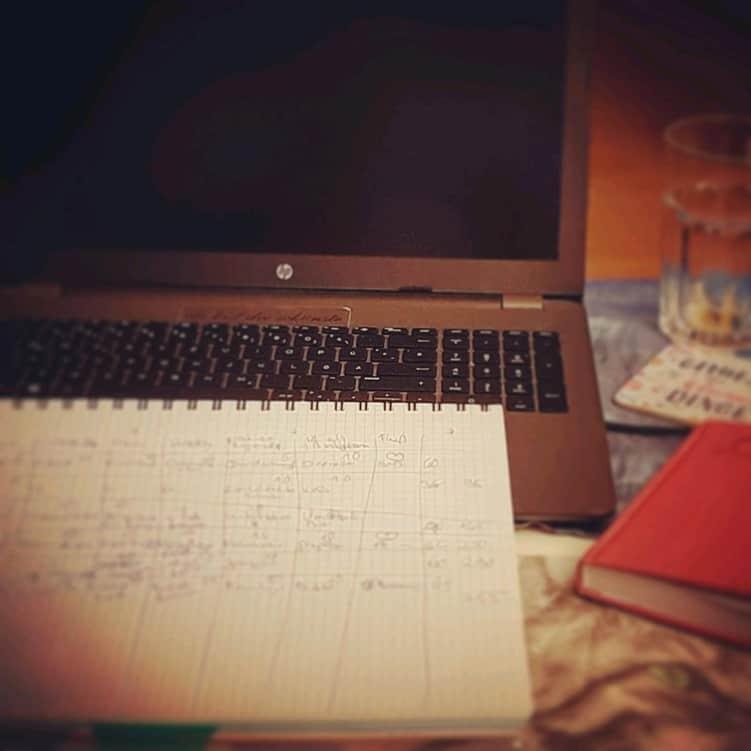 Stadt Land Fluss spielen mit Laptop und Schreibblock