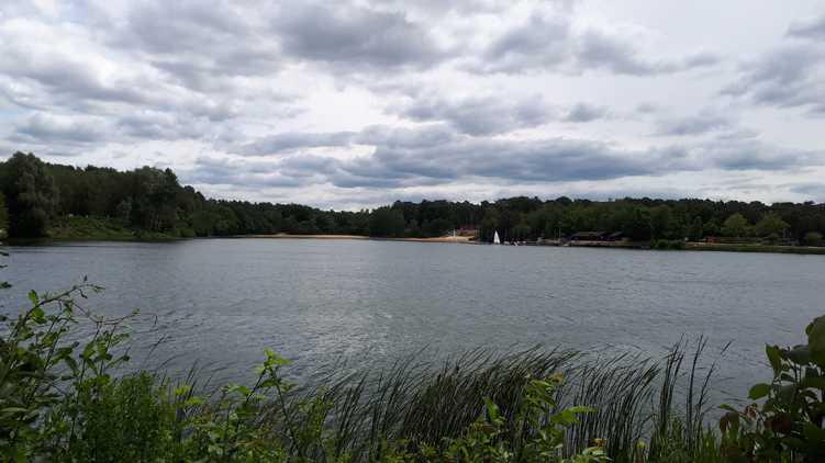 Ein See, der Himmel ist mit grauen Wolken bedeckt