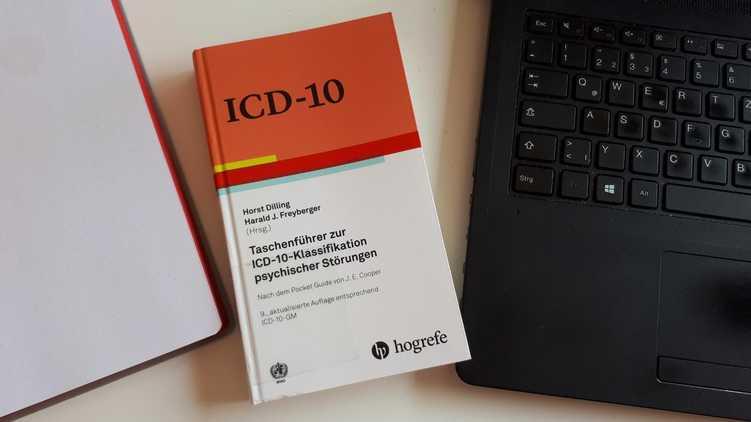ICD-10-Klassifikation liegt auf einem Schreibtisch