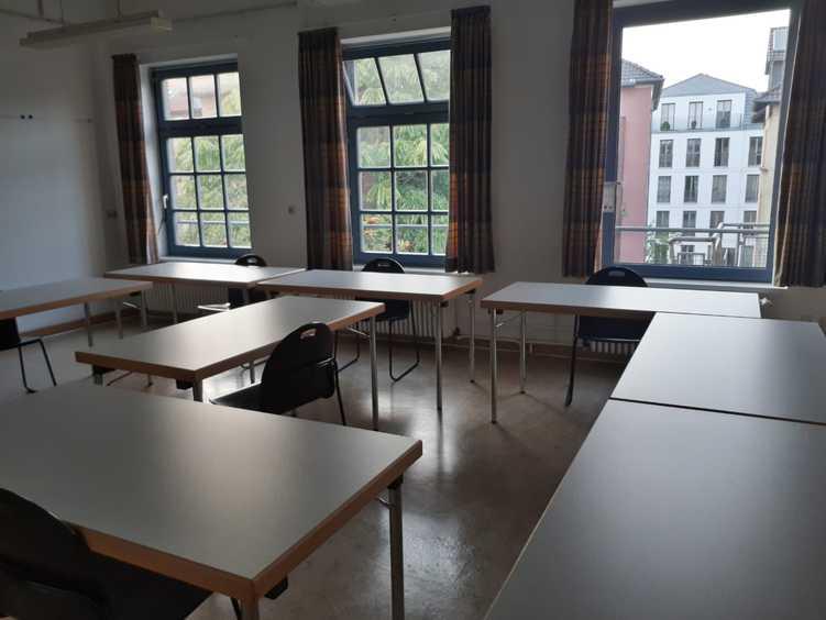 Gruppenraum der Selbsthilfegruppe. In dem Raum stehen Tische und Stühle.