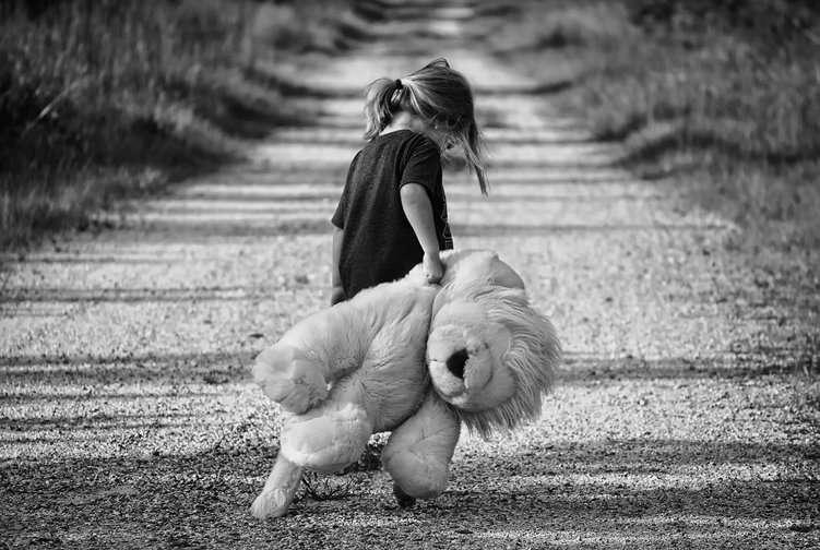 Kleines Mädchen mit Plüschtierlöwe