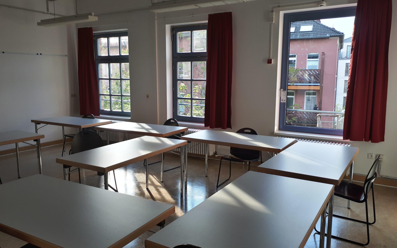 Gruppenraum mit Tischen und Stühlen