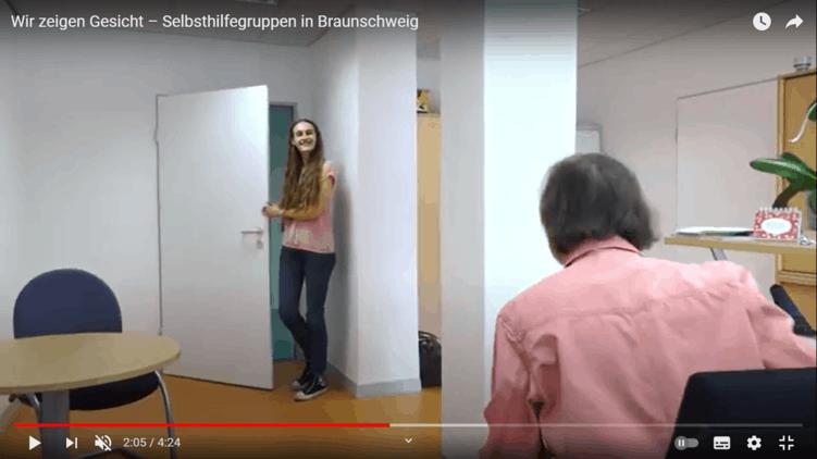 Mutsammlerin geht in einen Beratungsraum der Selbsthilfekontaktstelle